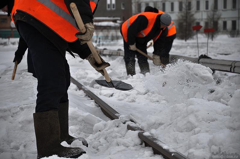 Уборка снега вручную. Возможен выезд в день.